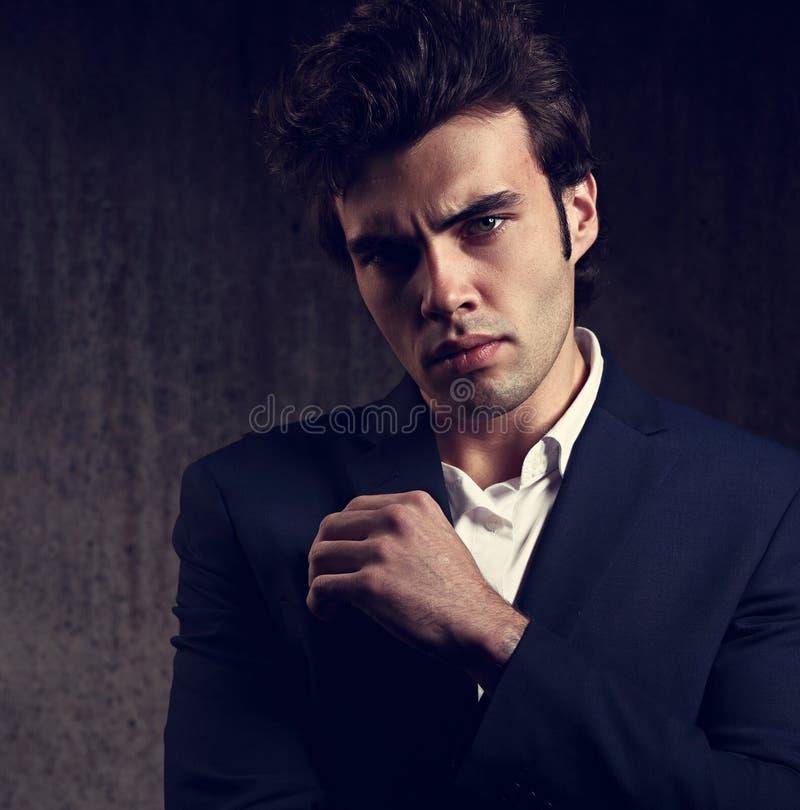 Het sexy Sexy ernstige mannelijke bedrijfs model stellen in blauwe maniersui stock afbeelding