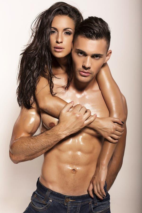 Het sexy gloedvolle paar stellen in studio royalty-vrije stock afbeeldingen