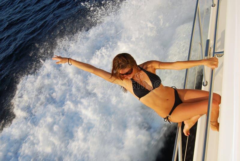 Het sexy jacht van de vrouwen varende motorboot stock afbeelding