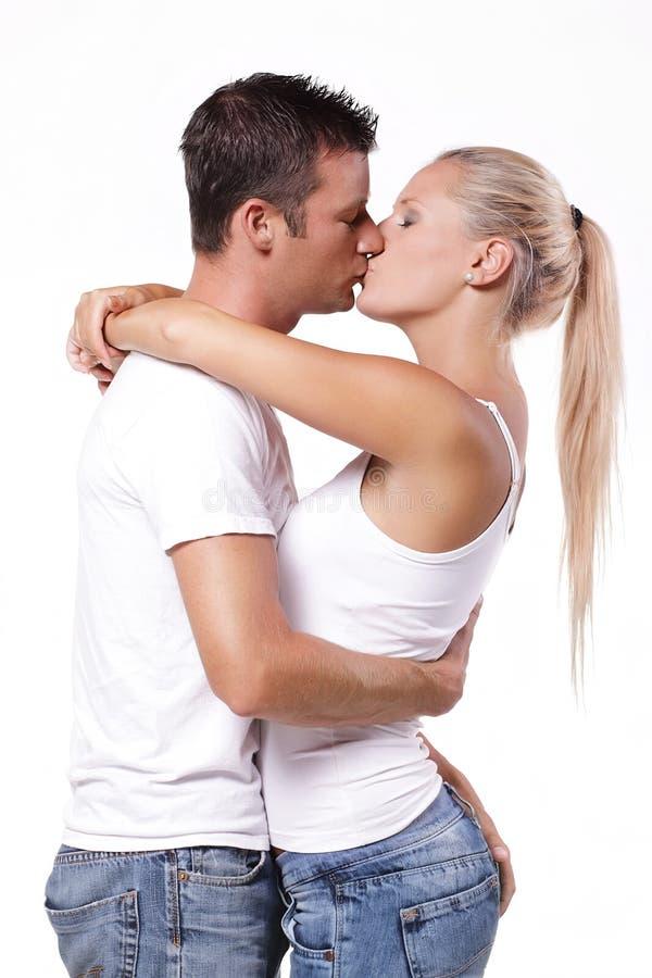 Het sexy jonge paar kussen stock foto