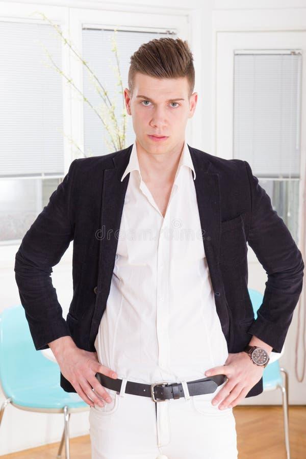 Het sexy manier mannelijke model kleedde het elegante, toevallige stellen stock foto