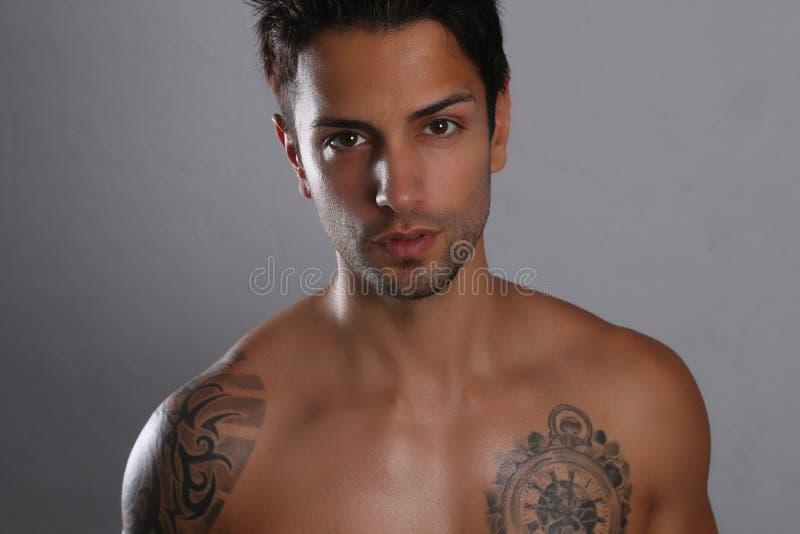 Het sexy mannelijke shirtless stellen stock foto