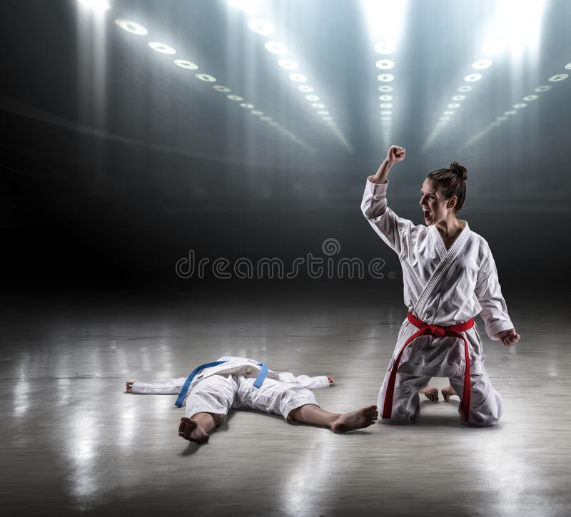 Het sexy meisje in een kimonokarate verheugt zich overwinning royalty-vrije stock foto