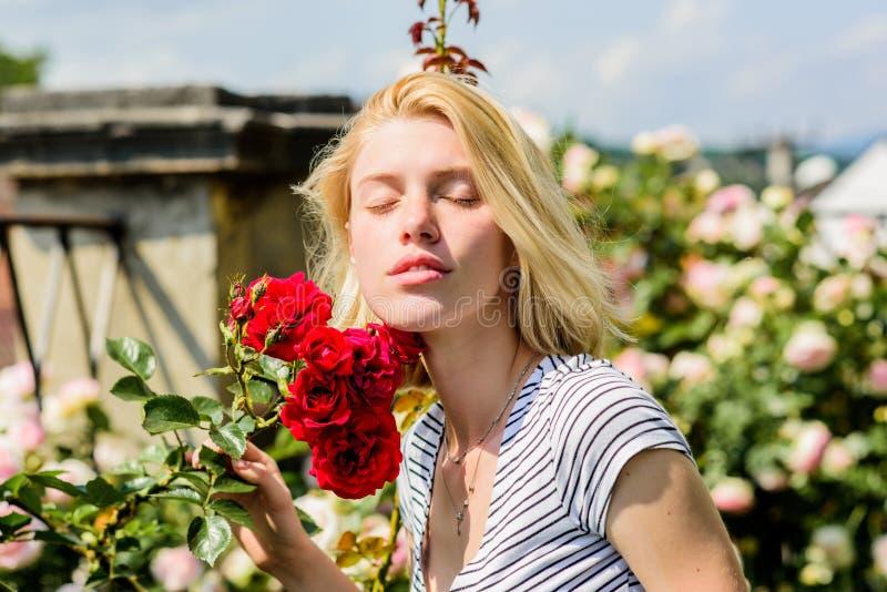 Het sexy meisje met rood nam toe mooie vrouw met blondehaar in tuin Natuurlijke Schoonheid Kuuroord en skincare De zomer en de le royalty-vrije stock afbeeldingen