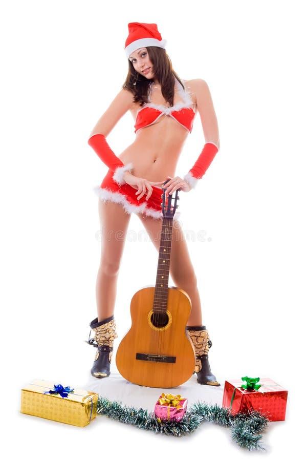 Het sexy meisje van de santahelper met gitaar stock foto