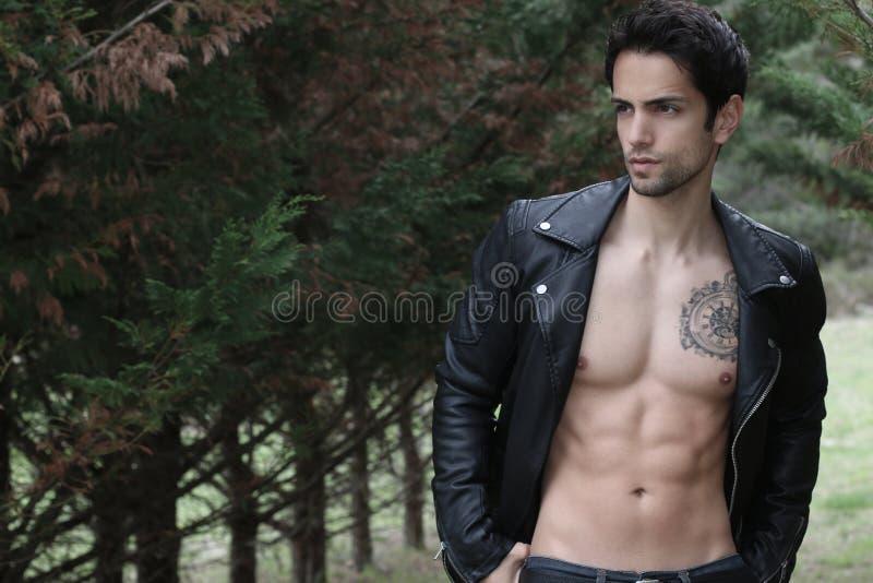 Het sexy mens shirtless stellen royalty-vrije stock foto