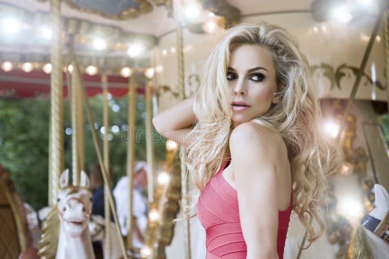 Het sexy model stellen van de manier op carrousel royalty-vrije stock foto's