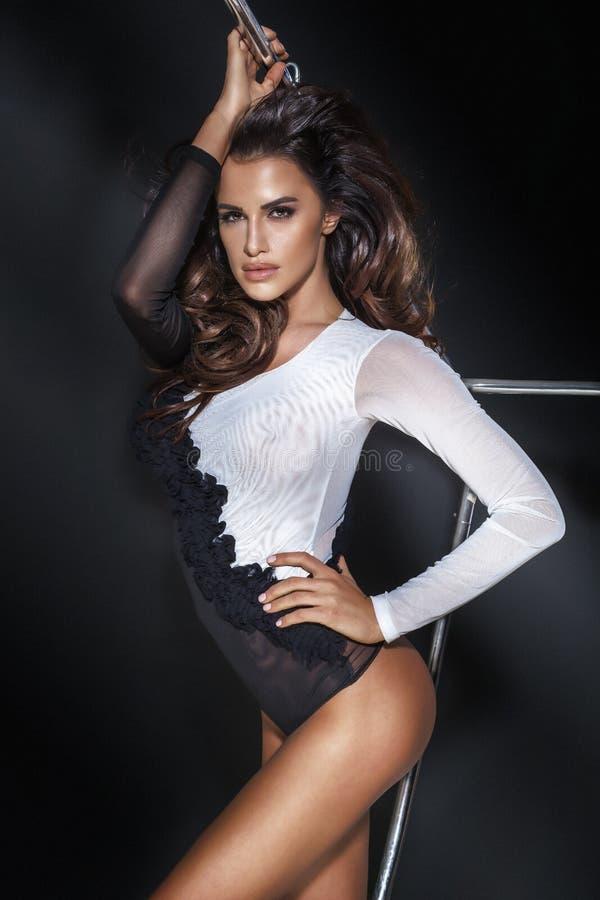 Het sexy mooie vrouw stellen in studio stock fotografie