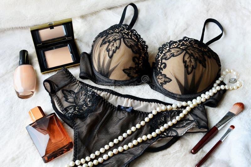 Is het sexy ondergoed van het vrouwen` s kant zwarte kleur: bustehouder en damesslipjes stock fotografie
