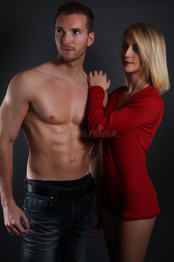 het sexy paar stellen royalty-vrije stock afbeeldingen