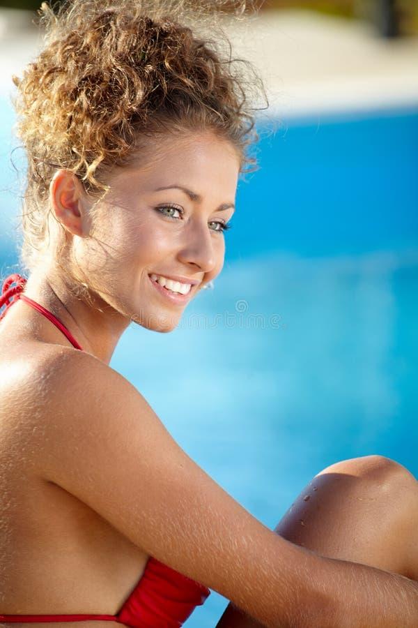 Het sexy vrouwelijke model stellen door de pool, openluchtportret stock foto's