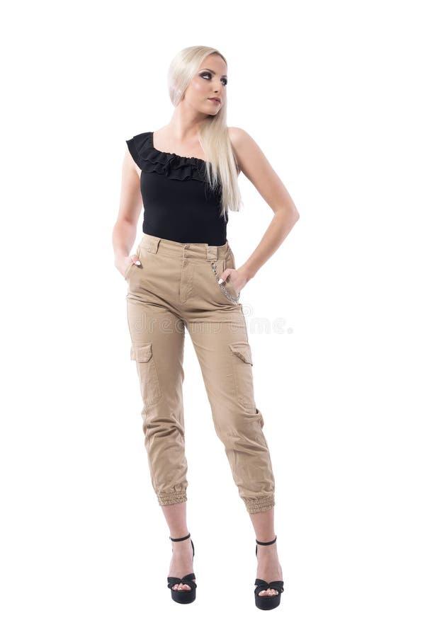 Het sexy zekere elegante de mannequin van de blondevrouw stellen in zwarte van schouderbovenkant stock foto's