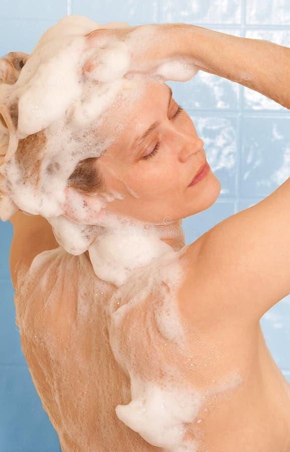 Het shampooing haar van de vrouw stock afbeeldingen