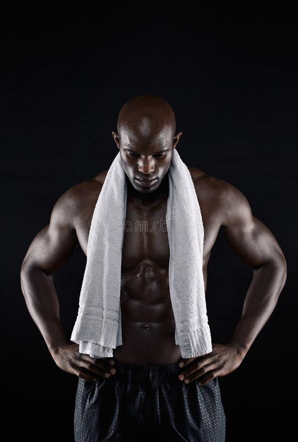 Het Shirtless spier ontspannen na training stock foto's