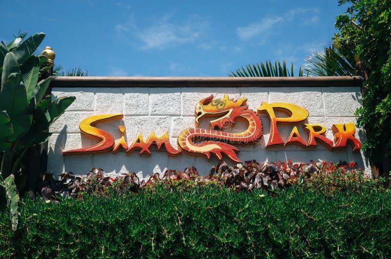 Het Siam Park-embleemteken tussen een groene installatie in Tenerife, Spanje royalty-vrije stock fotografie