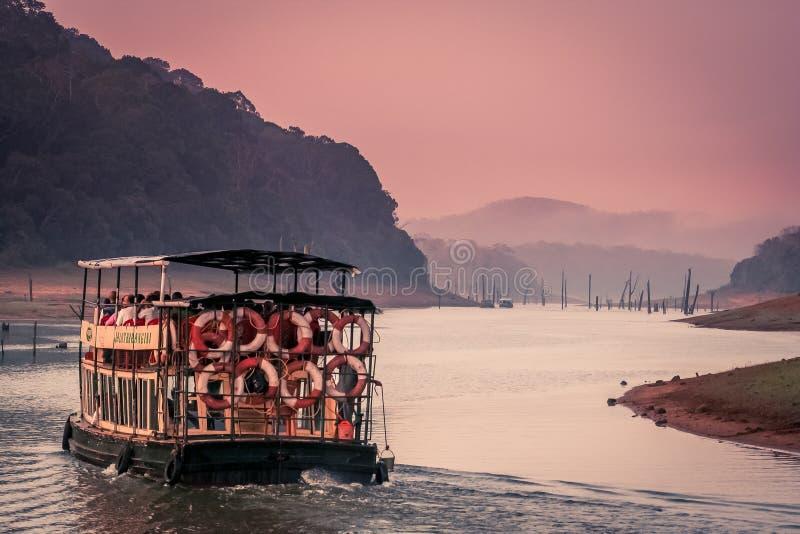 Het sightseeing van boot in Periyar royalty-vrije stock afbeeldingen