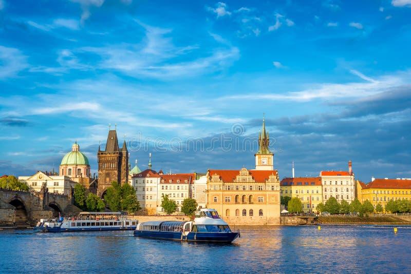 Het sightseeing van cruiseboot op Vltava-rivier met Charles Bridge op B stock fotografie