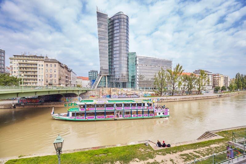 Het sightseeing van reisschip op het Kanaal van Donaukanal Donau, vroeger wapen van de rivier Donau stock foto's