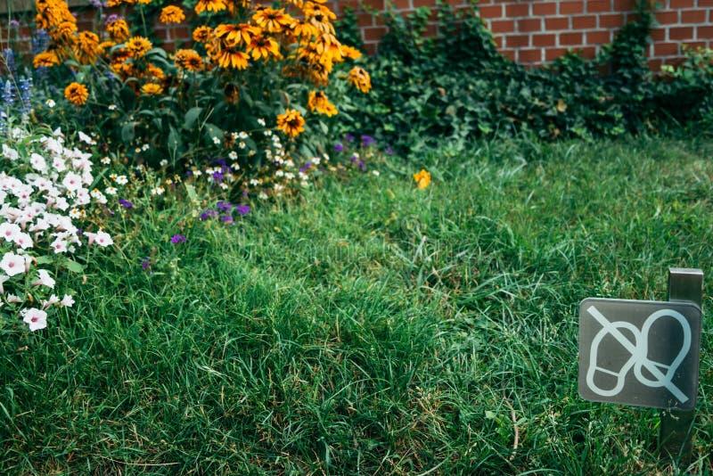 Het signaal trekt de gang van ` t op het gras aan royalty-vrije stock fotografie