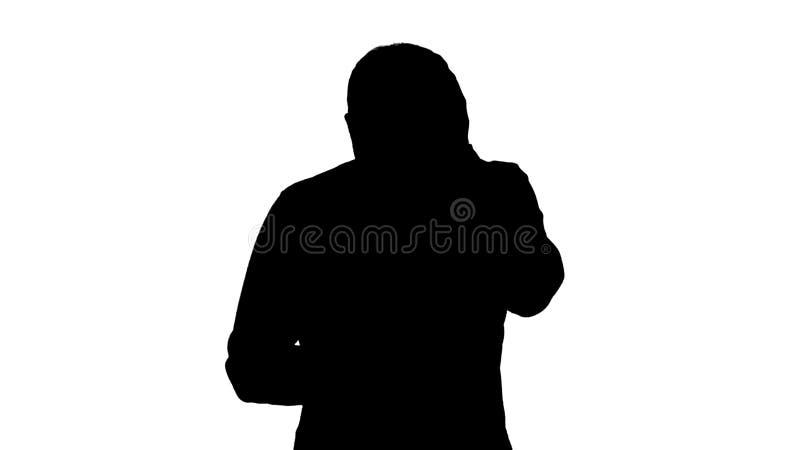 Het silhouet beklemtoonde de jonge mens verrast schokte, met afschuw vervulde en, stoorde door wat hij op zijn celtelefoon ziet royalty-vrije illustratie
