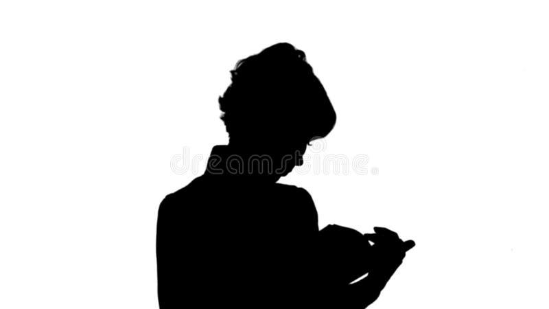 Het silhouet concentreerde de jonge bedrijfsvrouwenholding en van de lezing steen van het boekspoor stock illustratie