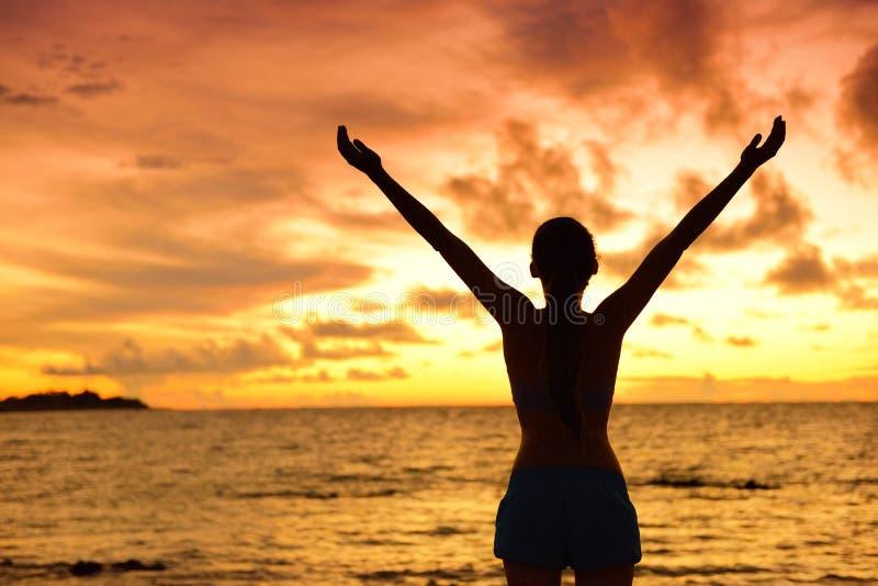 Het silhouet die van de vrijheidsvrouw het gelukkig vrij leven leven royalty-vrije stock fotografie