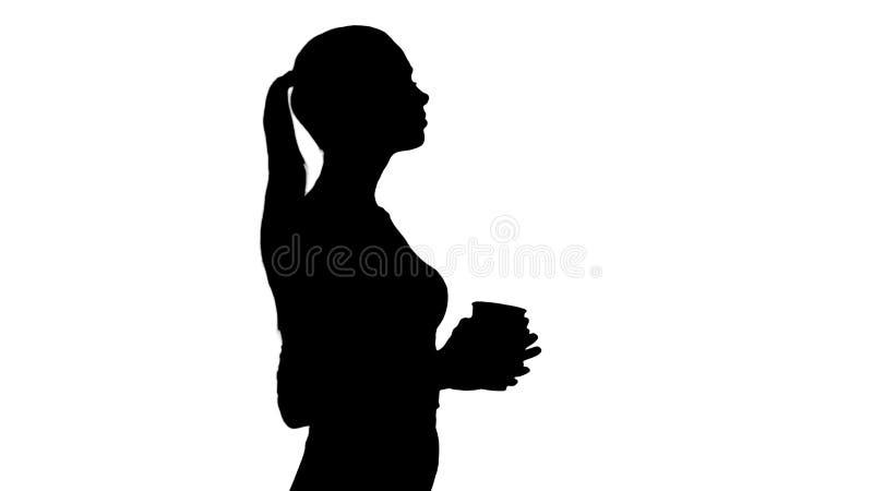 Het silhouet ontspande het modieuze onderneemster het drinken koffie lopen royalty-vrije illustratie