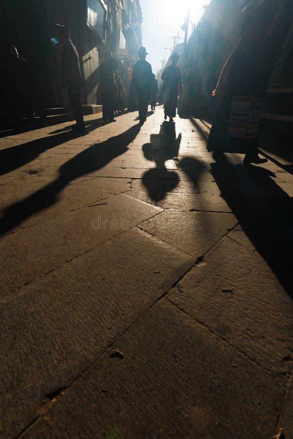 Het silhouet stelt Tibetaanse Mensen Barkhor Lhasa in de schaduw royalty-vrije stock afbeelding