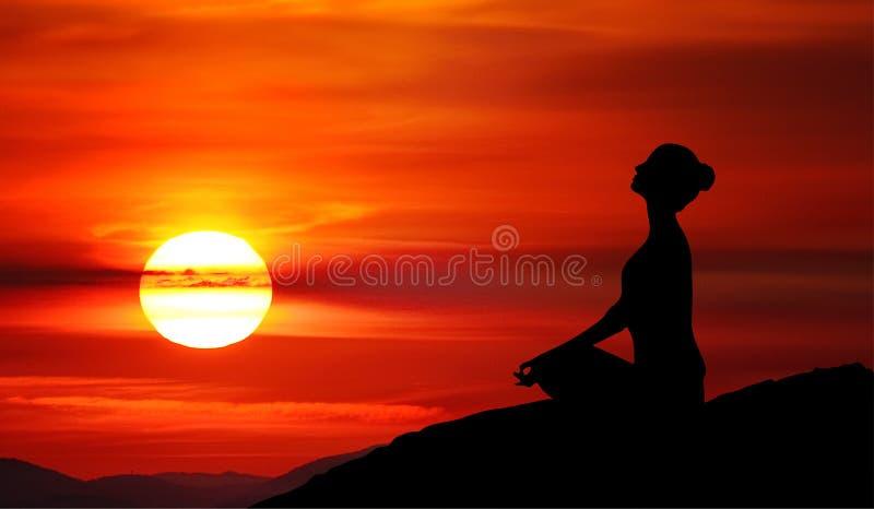 Het silhouet van het bergmeisje, meditatie bij zonsondergang, rode hemel royalty-vrije stock afbeelding