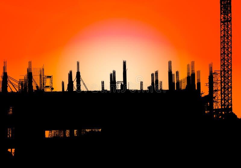 Het silhouet van bouw op de industrieplaats in de tijd van de conceptenzonsopgang met de achtergrond van het zon lichteffect met  stock afbeelding