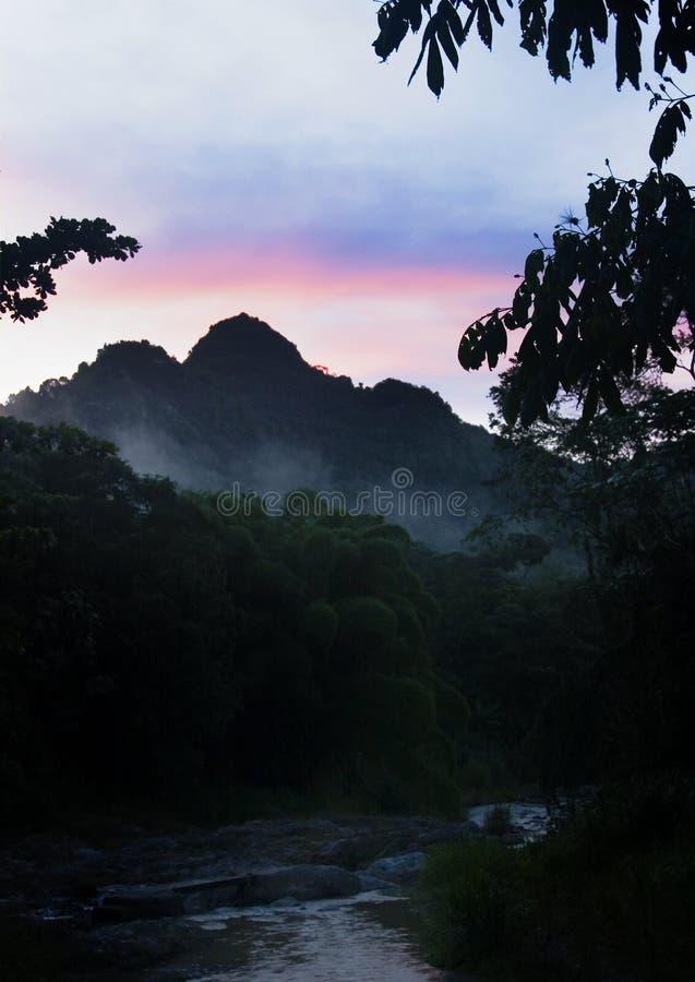Het silhouet van de berg bij zonsondergang stock foto