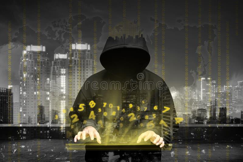 Het silhouet van de computerhakker van de mens met een kap royalty-vrije stock afbeeldingen