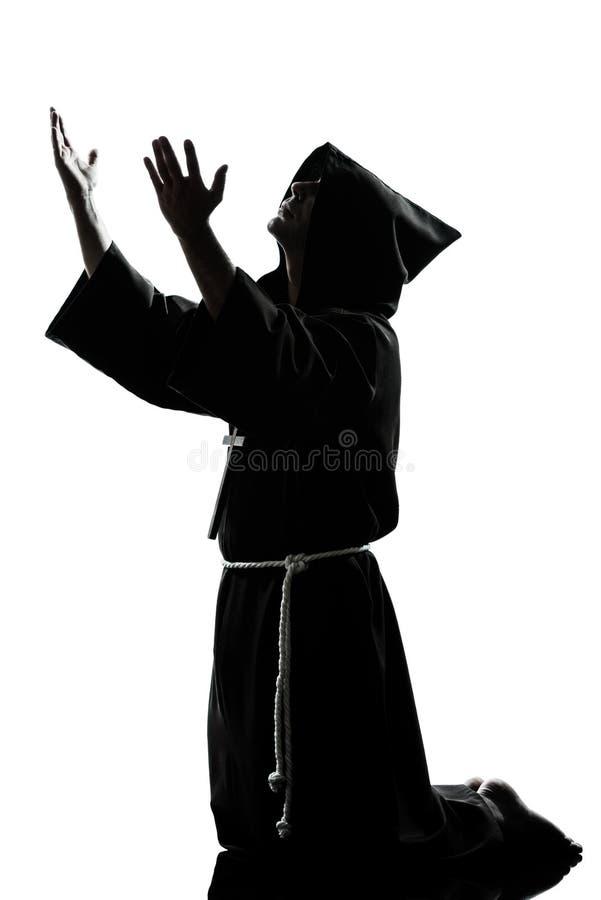 Het silhouet van de de monnikspriester van de mens het bidden royalty-vrije stock fotografie