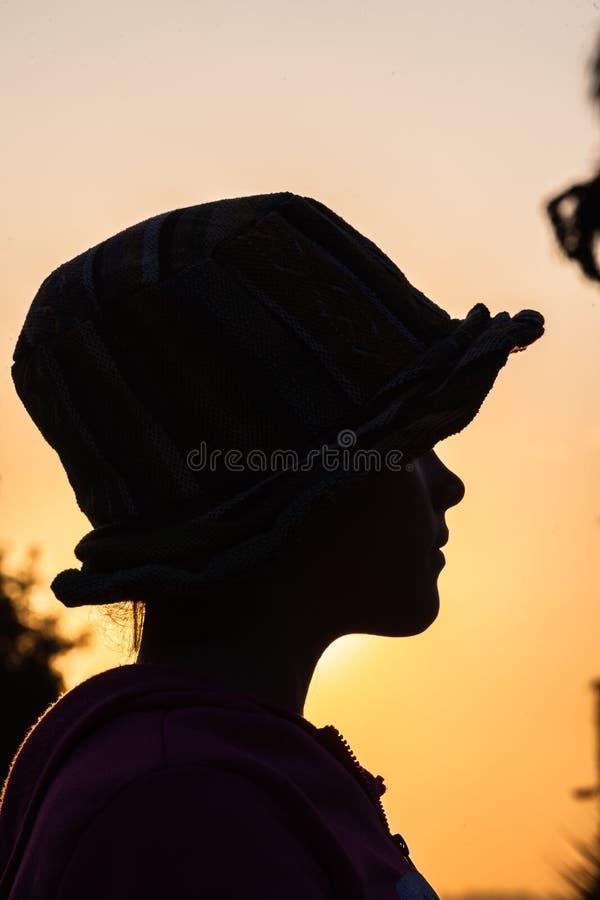 Het Silhouet van de meisjeshoed stock foto's