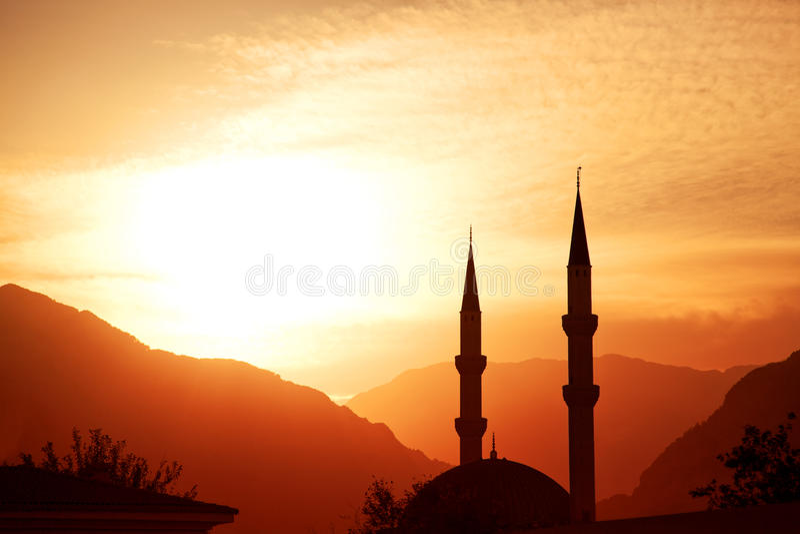 Het silhouet van de moskee bij zonsondergang royalty-vrije stock afbeelding