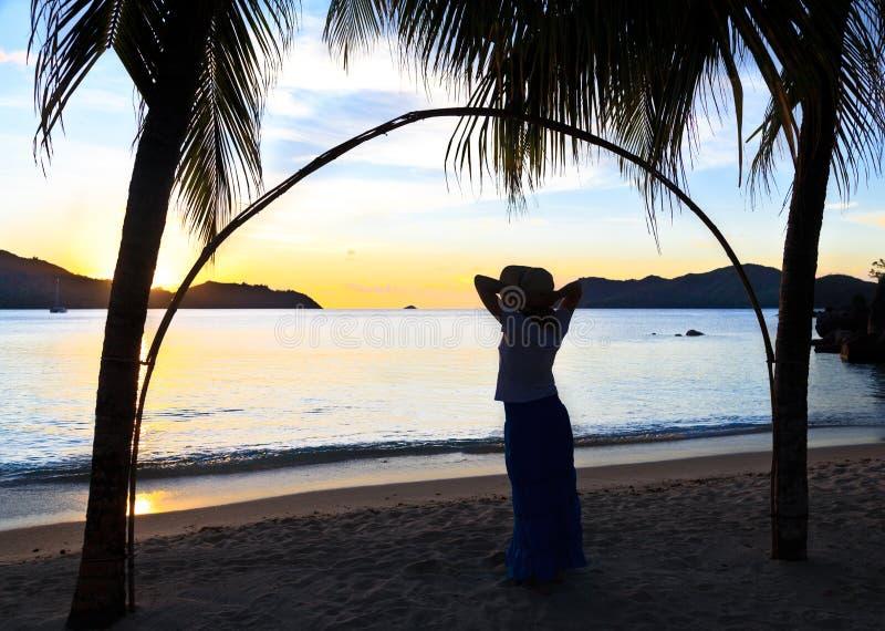 Het silhouet van de vrouw bij het strand stock afbeelding