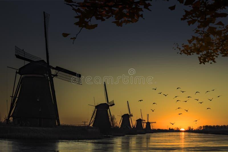 Het silhouet van de windmolenzonsopgang royalty-vrije stock afbeelding