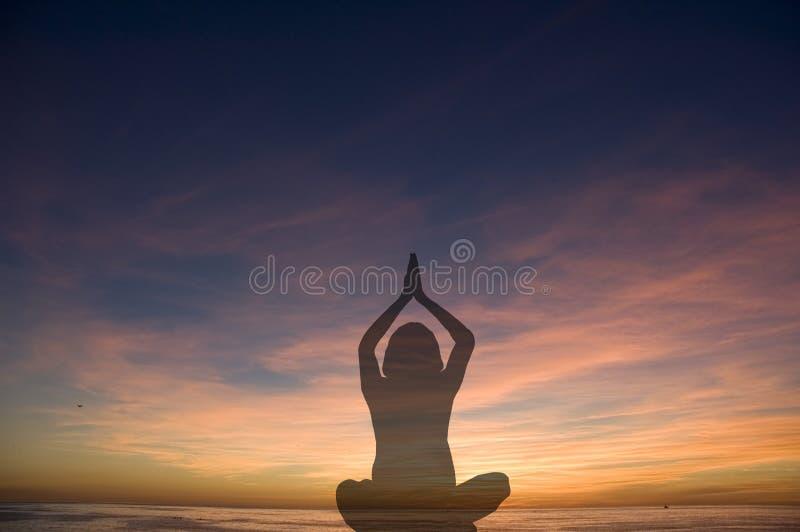 Het silhouet van de yoga stock foto