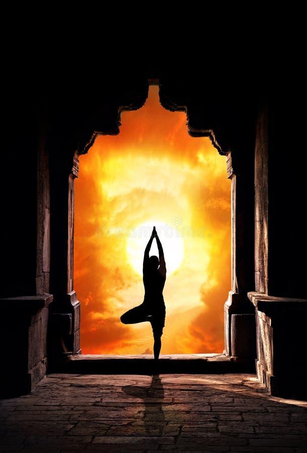 Het silhouet van de yoga in tempel royalty-vrije stock afbeeldingen