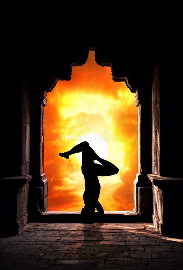 Het silhouet van de yoga in tempel royalty-vrije stock afbeelding