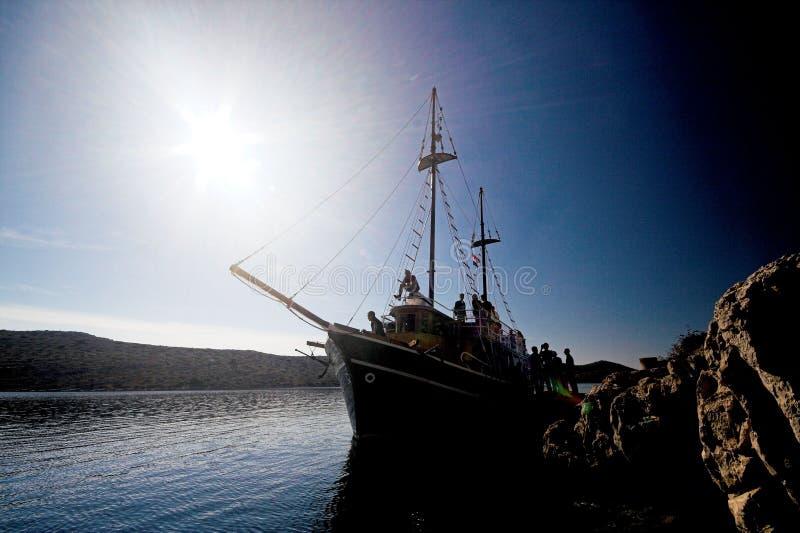 Het silhouet van de zeilboot royalty-vrije stock fotografie