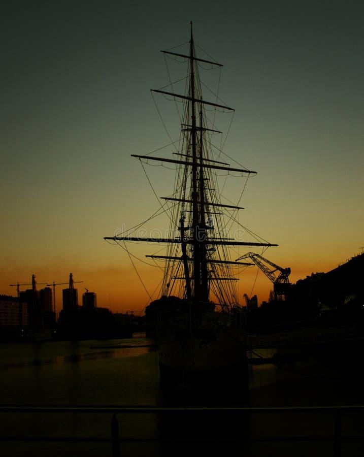 Het silhouet van de zeilboot bij de dokken royalty-vrije stock fotografie