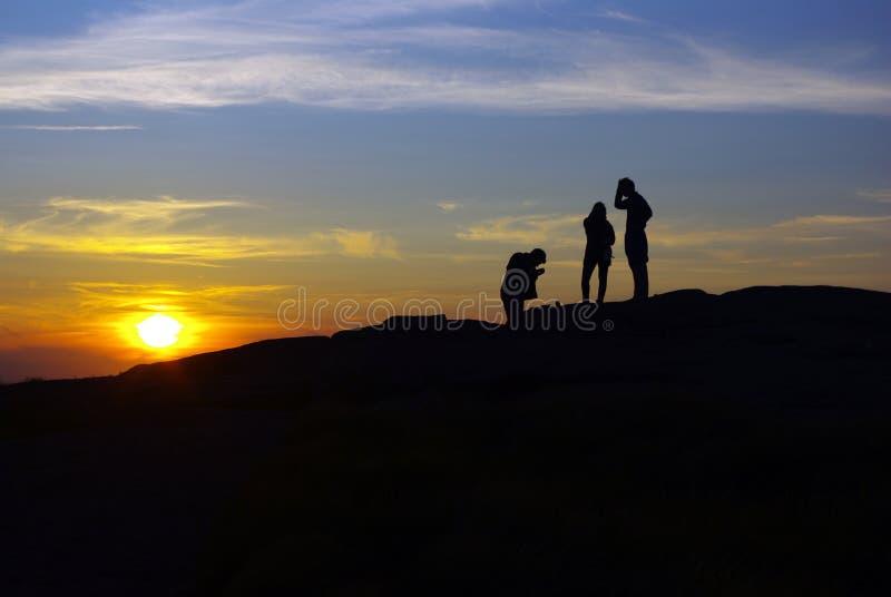Het Silhouet van de Zonsondergang van de wandelaar stock foto's