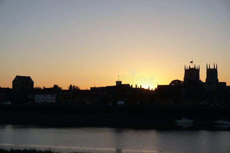 Het silhouet van de zonsopgangstad stock fotografie