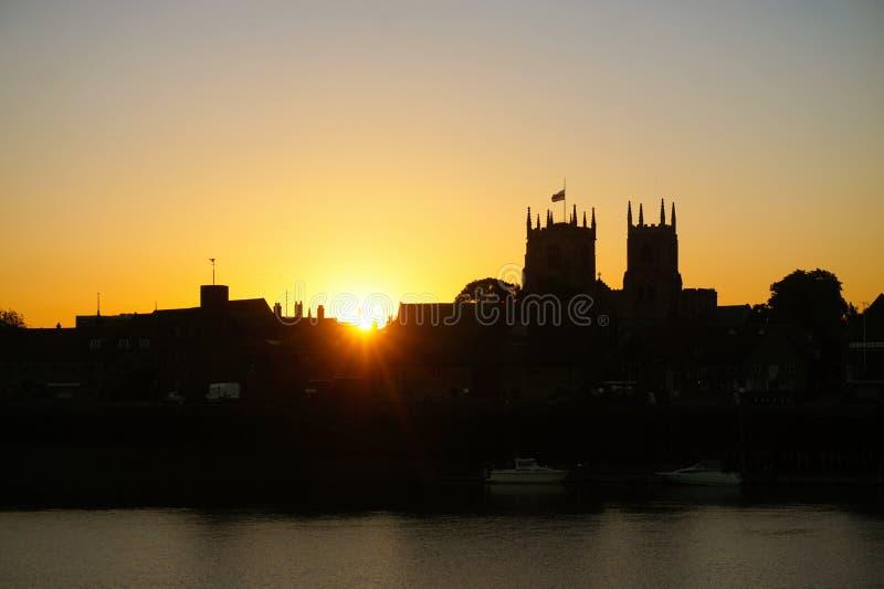 Het silhouet van de zonsopgangstad stock foto