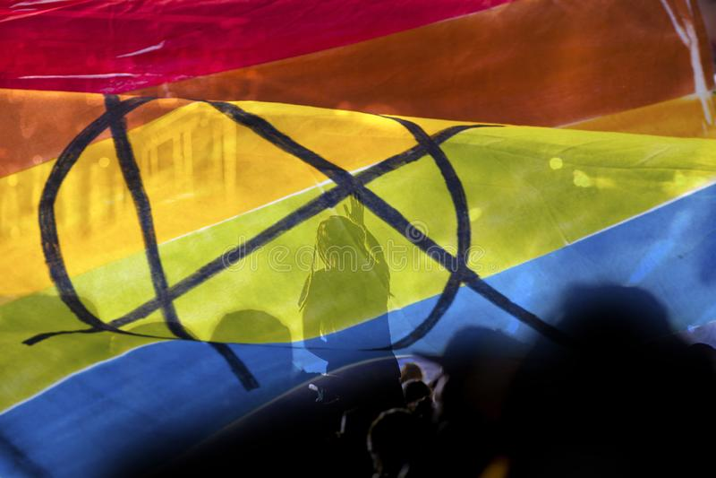 het silhouet van een parade van homosexuelen en de lesbiennes met een regenboog markeren - symbool van liefde en tolerantie royalty-vrije stock foto's