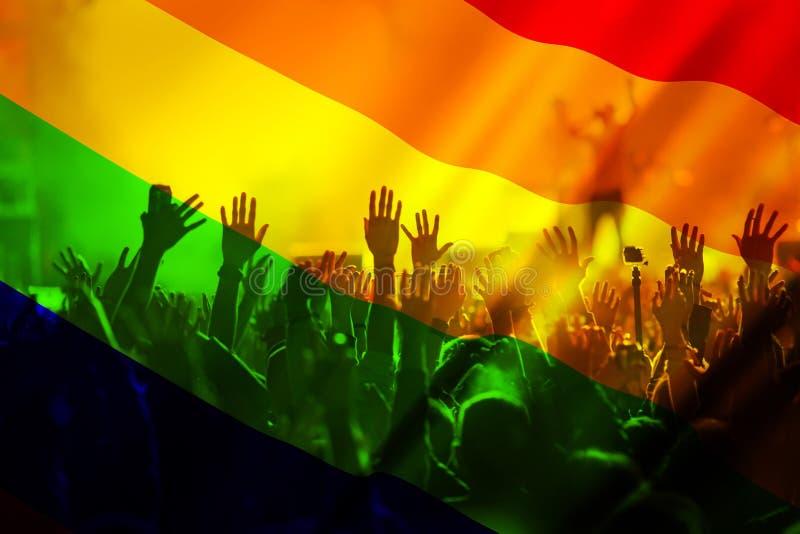 het silhouet van een parade van homosexuelen en de lesbiennes met een regenboog markeren - symbool van liefde en tolerantie stock afbeelding
