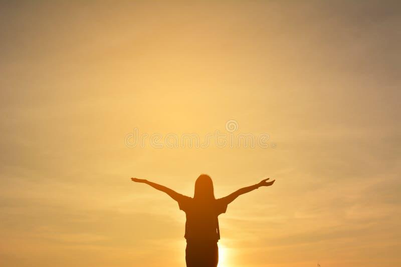Het silhouet van gelukkige vrouwen ontspant in de aard royalty-vrije stock foto