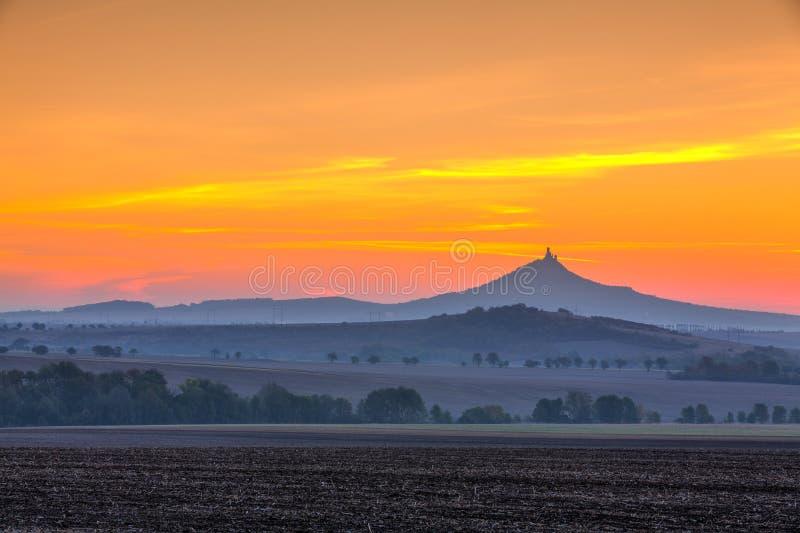 Het silhouet van Hazmburk-Kasteel bij zonsopgang Tsjechische Republiek royalty-vrije stock afbeeldingen