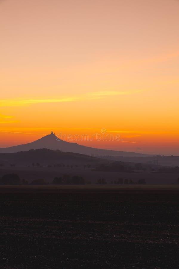 Het silhouet van Hazmburk-Kasteel bij zonsopgang Tsjechische Republiek stock foto's